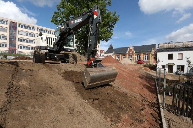 Unter dem Hang fanden die Bauleute Grundmauern jahrhundertealter Wohnhäuser und einen ehemaligen Fußweg.