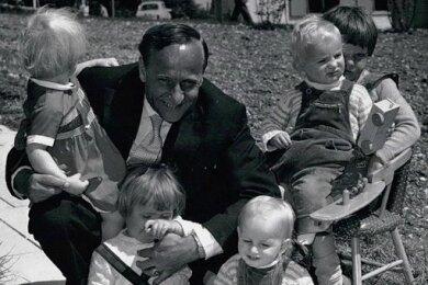 1958 können Kinder auch das erste SOS-Kinderdorf in Deutschland, in Dießen am Ammersee, beziehen. Mit ihnen auf dem Bild: SOS-Kinderdorf-Erfinder Hermann Gmeiner.