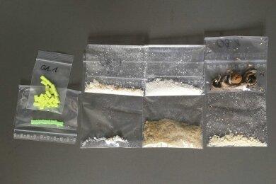 Die bei der Durchsuchung gefundenen Drogen und verdächtigen Substanzen.