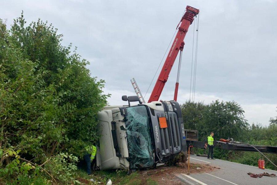 Gersdorf: Sprengstoff-Lkw abgeschleppt - Bundesstraße wieder offen