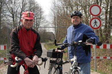 Hans Haberecht (l.) und Gerhard Landmann müssen in Nähe der Klosterallee wieder umkehren. Der Radweg ist an dieser Stelle gesperrt, weil die Brücke über das Klosterbachtal fehlt.
