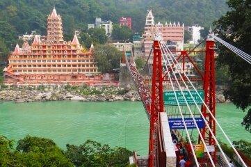 Eine Brücke über den Ganges in Rishikesh.