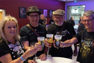 Freude über das Wiedersehen: Mit Ute, Wilhelm, Rolf und Ludwig (v. l.) fanden Holland, Witten und das Emsland an einem der Stehtische im Foyer beim 9. Artrock-Festival in Reichenbach zusammen.