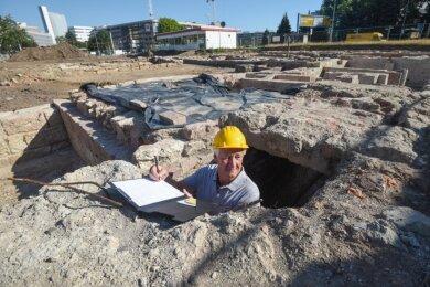 Zwischen Tietz und Zschopauer Straße ist Grabungsleiter Peter Hiptmair im Kellersystem der im Krieg zerstörten Gründerzeithäuser unterwegs.