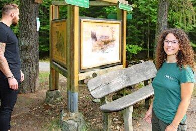 Sarah-Louise Hetzel will die Waldbesucher - auf dem Foto mit Philip Schäfer - noch besser mit Fakten über den Forst zu versorgen.