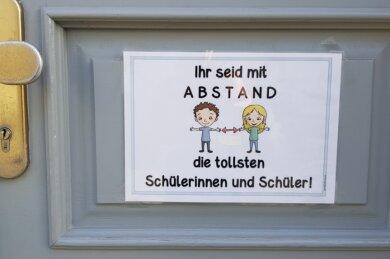 Kitas, Grund- und Förderschulen im Vogtlandkreis müssen ab Montag den Betrieb einstellen - nach zwei Wochen Unterricht. Auch die Pforte der Grundschule Am Karl-Marx-Platz in Oelsnitz bleibt geschlossen.