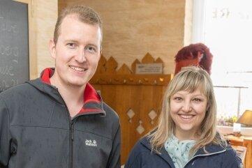"""Andreas und Theresa Schiffner holten für ihre Väter einen Männertagskorb aus der """"Saubergklause"""" in Ehrenfriedersdorf."""