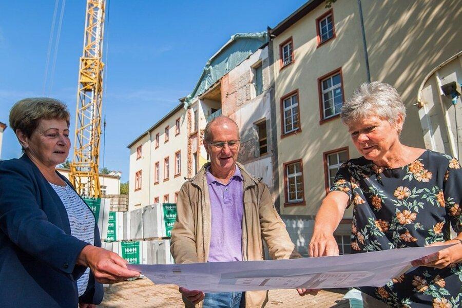 Kathrin Florkowski vom Landratsamt, Bauleiter Uwe Reißmann und Isa Rothe (r.) von der Volkshochschule bei einem Gespräch zu den Bauarbeiten.