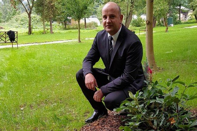 Bestatter Jens Hannemann vor der ersten Erinnerungsstätte: Zwei Rhododendren erinnern an ein Ehepaar. Die Wurzeln haben in einem Substrat mit der Asche der Verstorbenen ausgetrieben.