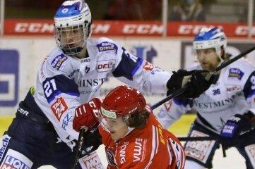 Der Mann will sich bei den Eispiraten Crimmitschau durchbeißen: Lukas Lenk wird von drei Gegenspielern bedrängt und kommt trotzdem zum Abschluss.
