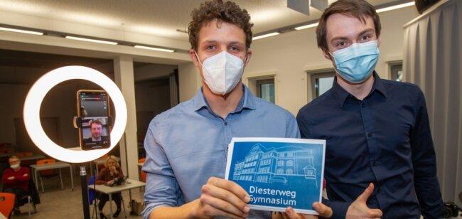 Julian Gering (links) im Video-Interview mit Ministerpräsident Kretschmer. Chris Mollenhauer (rechts) war für die Technik verantwortlich.