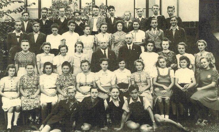 """<p class=""""artikelinhalt"""">Das waren sie - die rund 40 Mädchen und Jungen der Handelsschule, die 1944 die Einrichtung verlassen haben.</p>"""