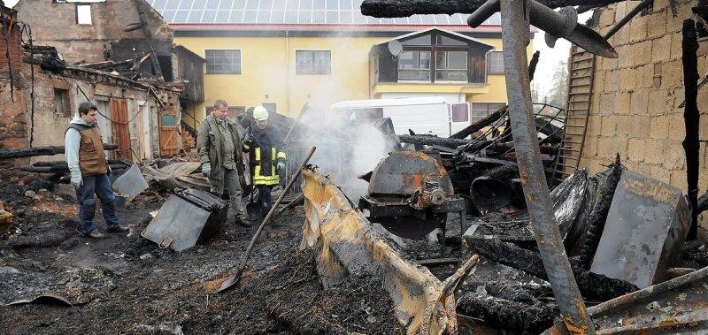 """<p class=""""artikelinhalt"""">Aufräumarbeiten am Tag nach dem Großbrand im Striegistaler Ortsteil Goßberg, Scheune und Nebengebäude eines Dreiseithofes wurden am Donnerstag Opfer der Flammen, ein Übergreifen auf das Wohnhaus verhinderte die Feuerwehr.</p>"""