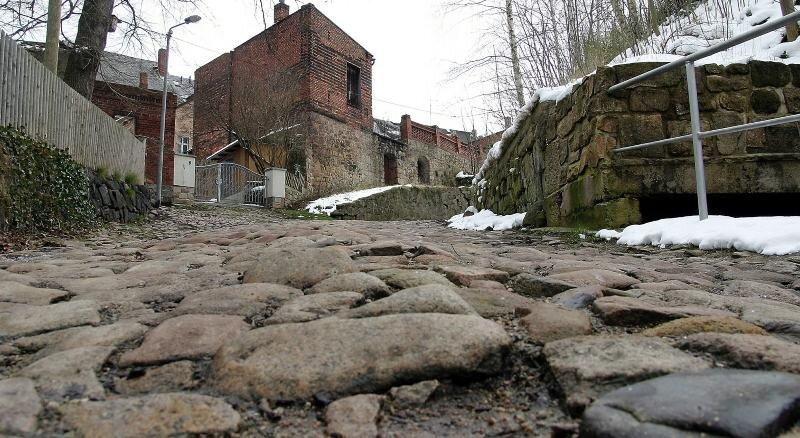 Die Straße Am Graben wird grundhaft erneuert. Nur Firmen, die Wildpflaster verlegen können, kommen für den Auftrag in Betracht.