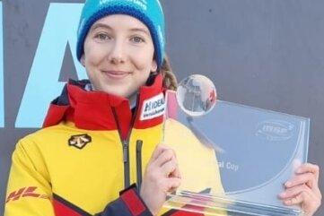 Susanne Kreher zeigt mit Stolz ihre Trophäe für den Gesamtsieg im Intercontinental-Cup.