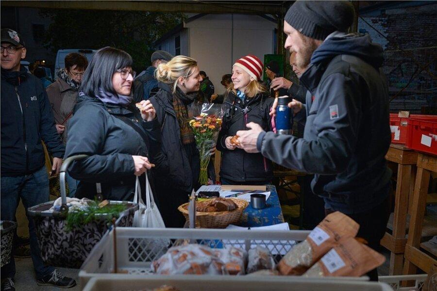 Gehen Katrin und Jule bei den Marktschwärmern Juliana Zaspel und Alex Paul (von links) einkaufen, bleibt das Portemonnaie zuhause.