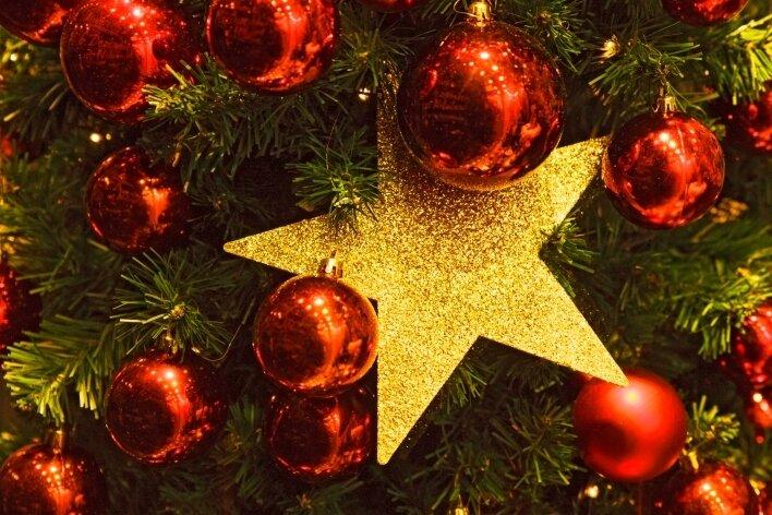 Christbaumkugeln und allerlei Weihnachtliches ist am Wochenende in Dresden zu sehen.
