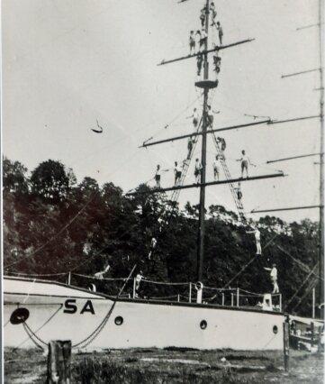 Das Segelschulschiff Niobe der Marineschule diente der Ausbildung. Sportler bilden in luftiger Höhe eine Pyramide. Die Hintergründe des Fotos sind unklar.