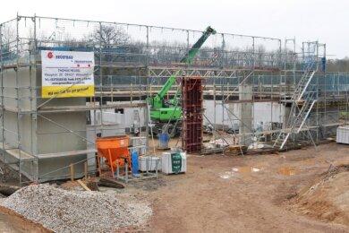 Nach einer witterungsbedingten Pause sind die Arbeiten am Bau der neuen Feuerwache in Lichtenwalde wieder angelaufen. Der Rohbau ist fast fertiggestellt.