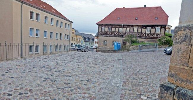 Der Kirchplatz ist mit buntem Granitsteinpflaster versehen worden. Unter den Steinen links vorn befinden sich die Gewölbekeller.