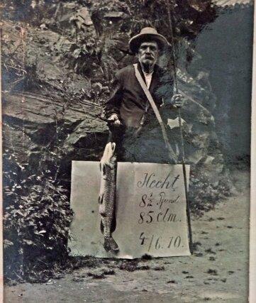 Der Angler auf dem Foto ist der Vater des letzten Gastwirts der Lauenhainer Mühle. 1910 präsentiert er einen beachtlichen Fang.
