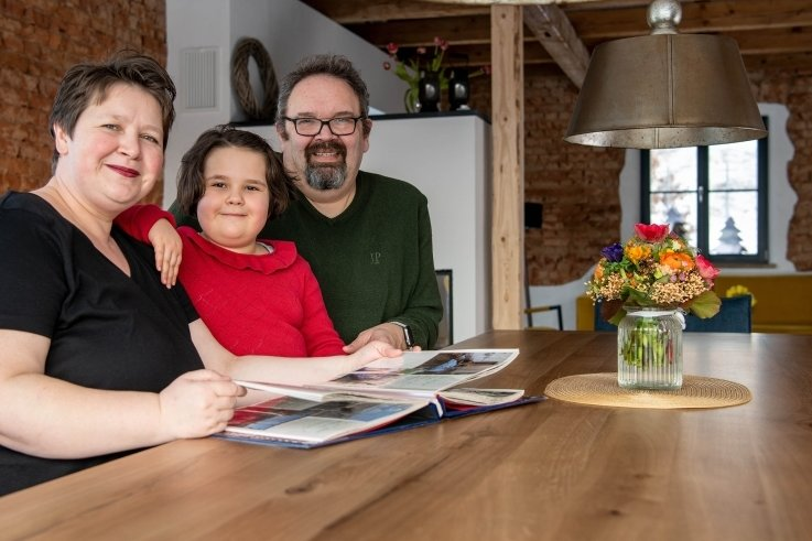 Yvonne Franke-Wegner und Dirk Wegner mit Tochter Alwine im Ess- und Wohnzimmerbereich ihres neuen Zuhauses.