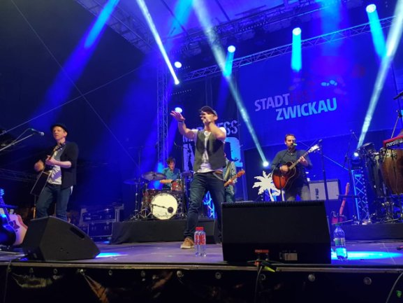 Die Band Marquess feiert mit dem Zwickauer Publikum den Abschluss des Stadtfestes.