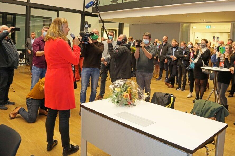 Alle Augen sind auf Constance Arndt gerichtet: Kurz nach Bekanntgabe des Ergebnisses hält sie eine erste Ansprache im Bürgersaal.