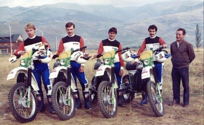 Die MZ-Junioren 1985 vor Beginn der 60. Sechstagefahrt, der Mannschaftsweltmeisterschaft im Endurosport: In Spanien gewannen Andreas Cyffka, Udo Grellmann, Mike Heydenreich, Jens Grüner mit ihrem Mannschaftsleiter Horst Schmerze (v. l.) die Junior-World-Trophy.