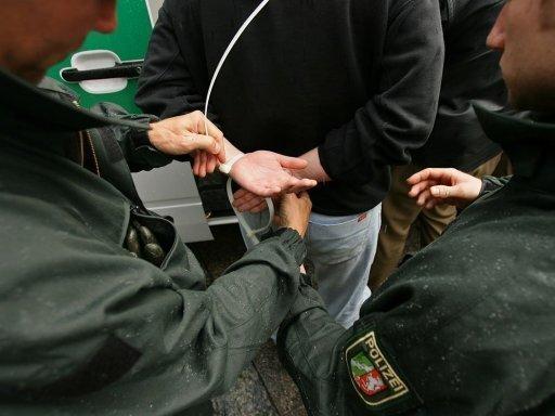 Die Polizei nimmt 46 Personen fest
