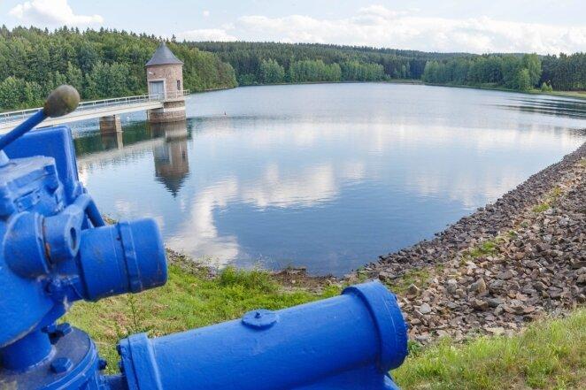 Trotz der anhaltenden Trockenheit ist in der Querenbachtalsperre in Stollberg noch ausreichend Wasser angestaut.