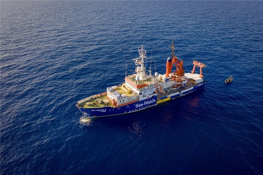 """Als derzeit einziges Rettungsschiff kreuzt die """"Sea-Watch 4"""" seit Freitag vor der libyschen Küste. Das Schiff wurde überwiegend aus kirchlichen Spenden finanziert. Das ruft auch Kritiker auf den Plan."""