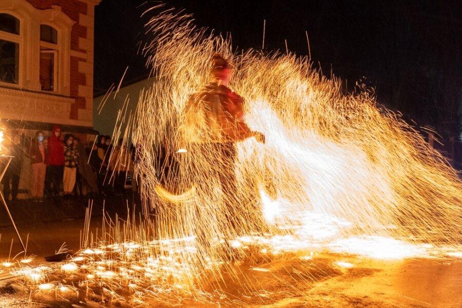 Feuerkünstler Marvin Derlo bei seiner Show in Treuen.