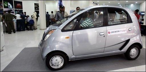 Nach vielen Anlaufschwierigkeiten ist das billigste Auto der Welt in den Verkauf gegangen: Die Autohäuser in Indien nehmen ab jetzt Bestellungen für den Tata Nano entgegen.