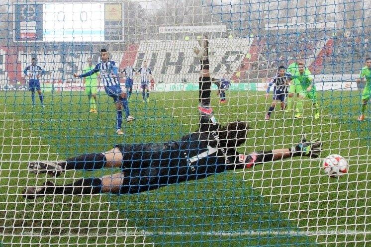 Dimitrij Nazarov erzielte per Handelfmeter das entscheidende 1:0. Torhüter Martin Männel ahnte die richtige Ecke, konnte den Treffer aber nicht verhindern.