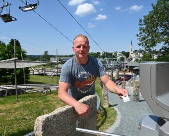 Stefan Uhlmann von der Geschäftsleitung der Touristenzentrum am Adlerfelsen GmbH an einem der Drehkreuze, die neu installiert worden sind.