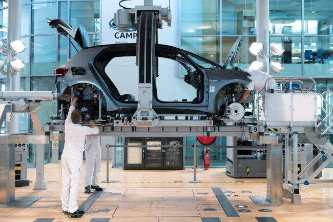 Mitarbeiter von Volkswagen montieren in der Gläsernen Manufaktur von Volkswagen bei der sogenannten «Hochzeit» die Karosserie und den Antriebsstrang eines VW ID.3.