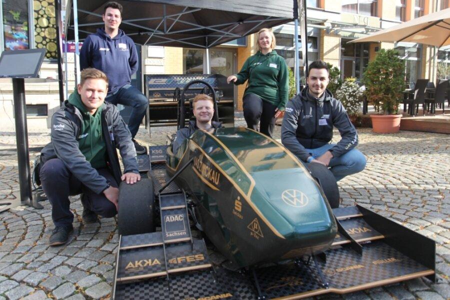 Henning Wegner, Patrick Deunert, Christoph Sträche-Pflegel, Johanna Wismeth und Sebastian Helbig (von links) vom WHZ-Racing-Team an ihrem neuen Auto, mit dem sie die nächste Rennsaison bestreiten wollen.