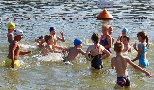 Beim Schwimmunterricht im Strandbad der Koberbachtalsperre stand für die Mädchen und Jungen der Umweltschule Werdau auch Spiel und Spaß auf dem Programm.