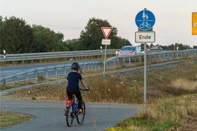 Der Rad- und Fußweg aus Reumtengrün in Richtung Richardshöhe/Auerbach endet vor der Göltzschtal-Umgehung.Eine Brücke über die neue Bundesstraße soll das Überqueren sicherer machen.