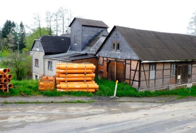 Die Alte Mühle im Heinsdorfer Ortsteil Hauptmannsgrün. Auf den ersten Blick könnte man denken, dort fänden in Kürze umfangreiche Bauarbeiten statt. Der Platz vor der Immobilie wird jedoch lediglich als Lagerfläche für den gerade laufenden Ausbau der Hauptstraße genutzt.