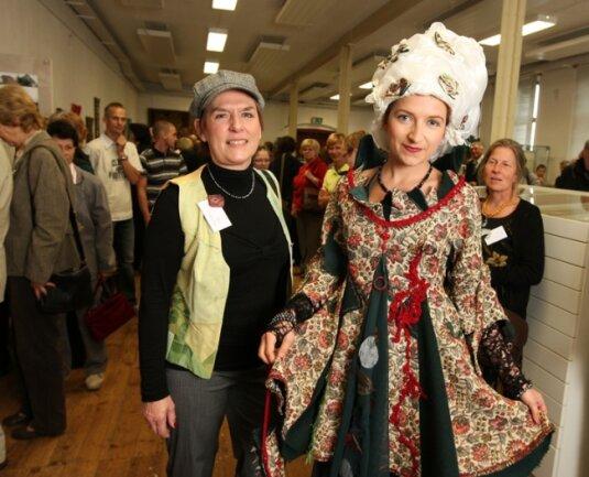 """<p class=""""artikelinhalt"""">Elv Sträuber aus Ulm hat am Barockkleid, das das Model Lubica Faberova trägt, einen Minidolch aus Stoff und Perlen angebracht. Deutlich zu sehen ist das textile """"Blut"""", das aus der Wunde läuft.</p>"""