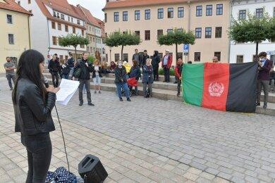 Norges Mashrafi spricht bei der Mahnwache in Freiberg für die Menschen in Afghanistan.