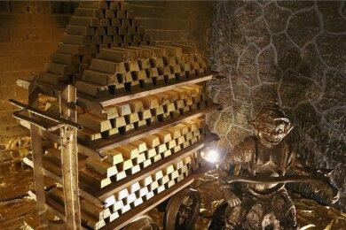 Ein Gnom bewacht das Goldbergwerk von Złoty Stok. Bevor jemand auf falsche Gedanken kommt: Die Barren sind nicht echt.