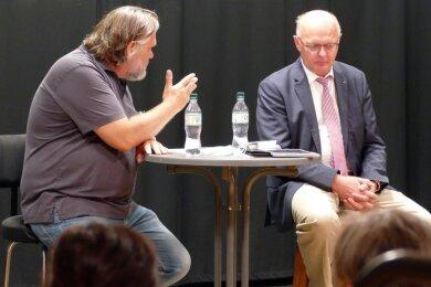 Von Moderator Uwe Wicha (links) und den rund 30 Gästen erhielt Günther Schneider zahlreiche Fragen.