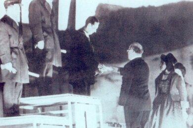 Funkbild vom 5. Februar 1956: Zum ersten Mal in der Geschichte der Olympischen Spiele wurde einem deutschen Skispringer eine Medaille überreicht. Der Klingenthaler Harry Glaß nahm in Cortina d' Ampezzo aus den Händen von Avery Brundage (USA), Präsident des Internationalen Olympischen Komitees, die Bronzemedaille entgegen. Neben ihm Olympiasieger Antti Hyvärinen (Mitte) und Silbermedaillengewinner Aulis Kallakorpi, beide aus Finnland.