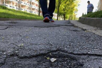 Auf der Rosa-Luxemburg-Straße gibt es fast keine Stelle, die noch nicht geflickt wurde.
