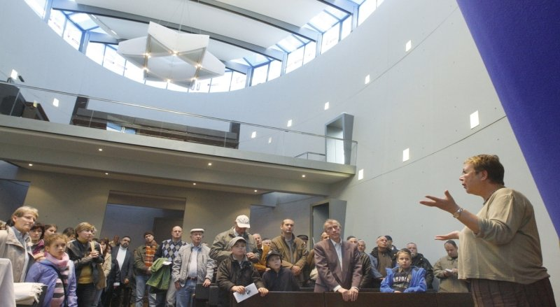 """<p class=""""artikelinhalt"""">Ruth Röcher (rechts) von der Jüdischen Gemeinde in Chemnitz erklärte im Gebetsraum der Synagoge ihre Religion.</p>"""