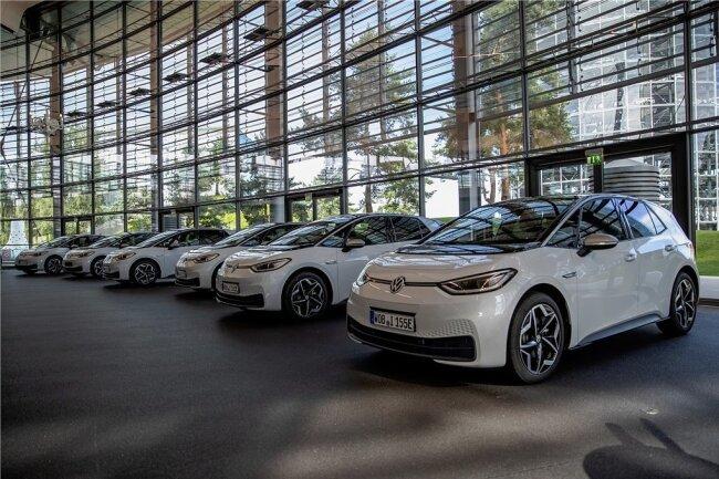 Im Kundenzentrum der Volkswagen-Autostadt in Wolfsburg stehen die neuen ID.3 für die Schulungen in den insgesamt 865 deutschen Autohäusern bereit.