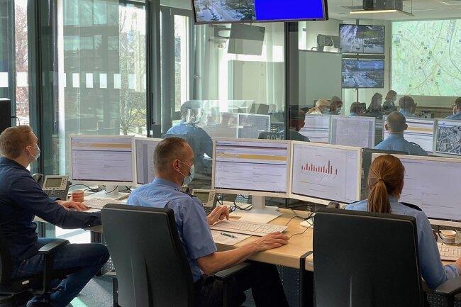 Blick in den Führungsstab: Im Lagezentrum (vorn) werden Informationen gesammelt, im Raum dahinter Entscheidungen getroffen.